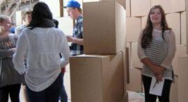 studerende leger med kasser