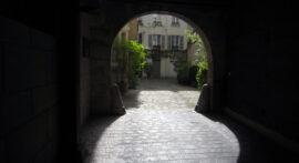Place des Vosges kig ind gennem port